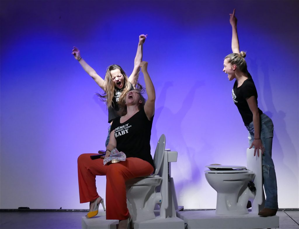 """(c)HArtl-Gobl Lisa Stern, Caroline Oismüller und Rina Juniku in """"Demut vor deinen Taten Baby"""" von Laura Naumann"""